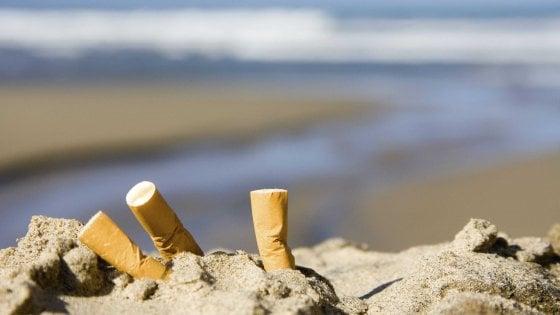 Fumo vietato in tutte le spiagge d'Italia: la richiesta del Codacons ai Prefetti