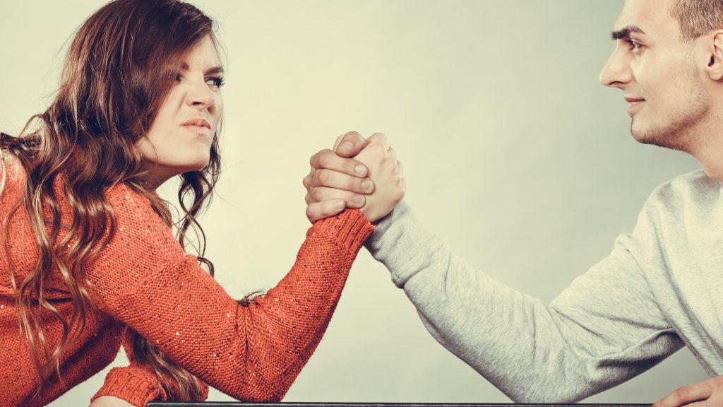 Assegno divorzile: sì alla revoca se l'ex moglie convive stabilmente e continuativamente con un altro