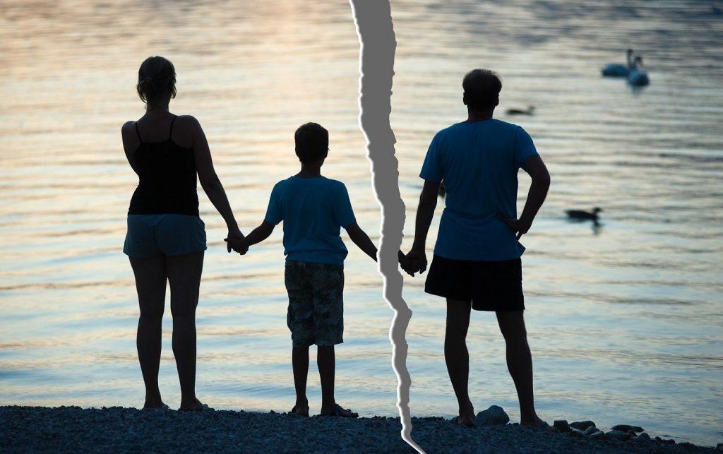Cassazione: il figlio resta con la madre anche se lo ha condizionato. Prevale la scelta del minore se capace di discernimento.